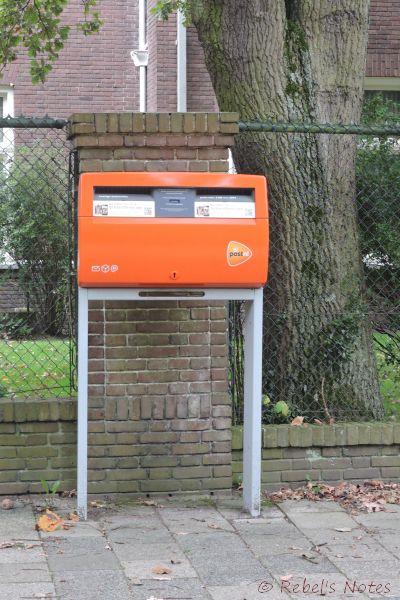 A Dutch mail box - there are a huge number of these on the streets, but mostly in 'open' areas.(click to enlarge)