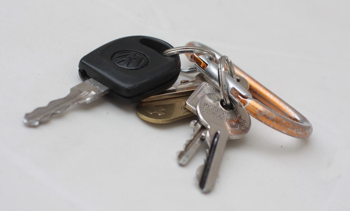 An image showing car keys and other keys on a key ring.